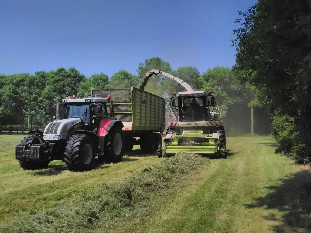 Grashakselen hakselaar en silagewagen